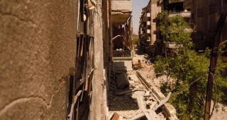 File photo of rubble in a Homs street. (Image: Adam Warda (Panaramio).)