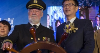 Bernard Hill, who played Captain Edward Smith in the 1997 Titanic movie, and Su Shaojun at the theme park launch. Photograph: Tyrone Siu/Reuters